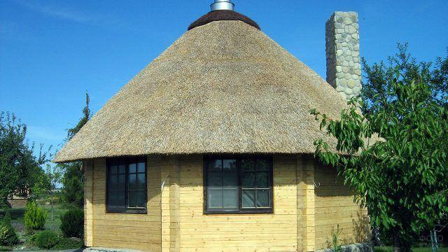 Соломенная куполообразная крыша деревянного садового домика