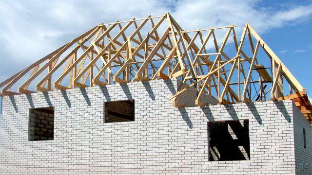 Стропила вальмовой крыши кирпичного дома