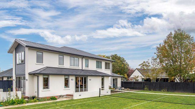 Светлый загородный дом с двускатной крышей, верандой и теннисным кортом на заднем дворе