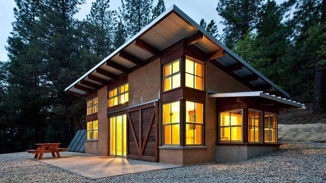 Загородный дом с односкатной крышей в вечернем лесу