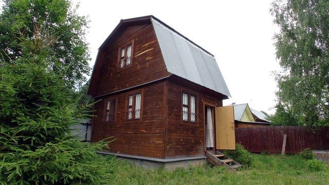 Дачный дом с высокой мансардой цвета венге