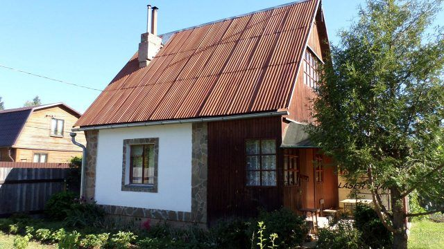 Дачный домик с отделкой фасада декоративным камнем