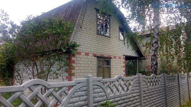 Кирпичный дачный домик с мансардой под берёзой