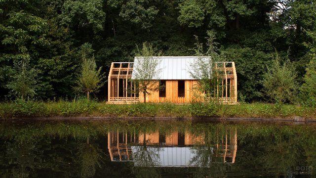 Одноэтажный дачный домик у пруда