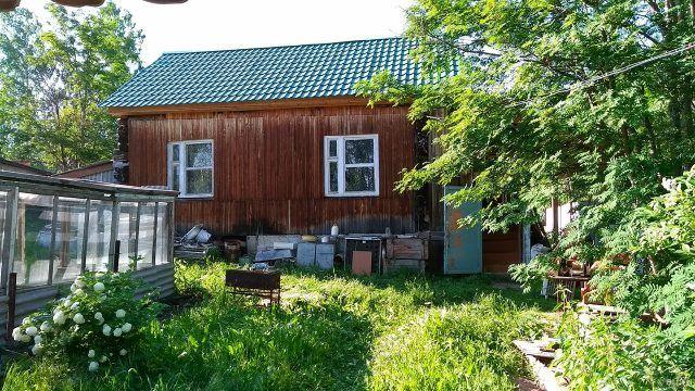 Одноэтажный дачный домик в зелёном саду