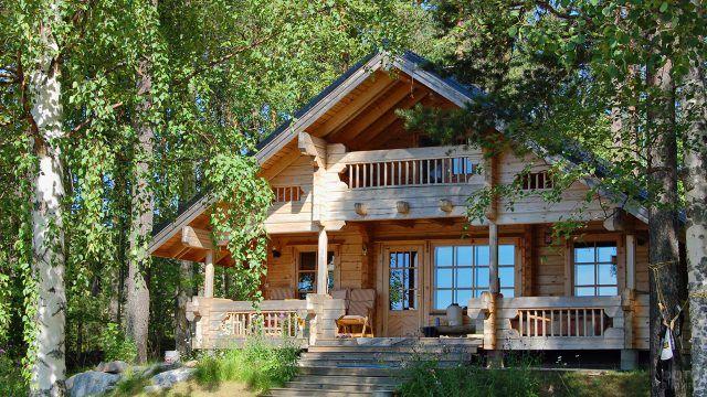 Просторный дачный дом-шале под высокими старыми деревьями