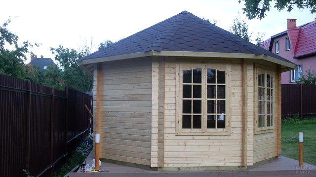 Садовый восьмиугольный домик с купольной крышей
