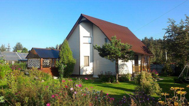 Современный дачный дом с двускатной крышей