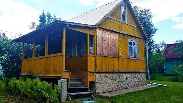 Старая деревянная дача на высоком подклёте