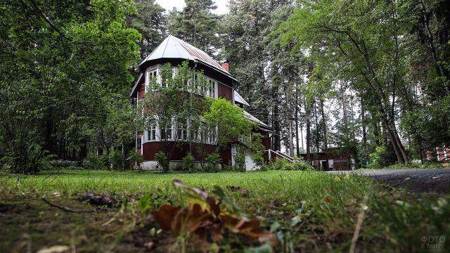 Старинная русская дача в зелени деревьев