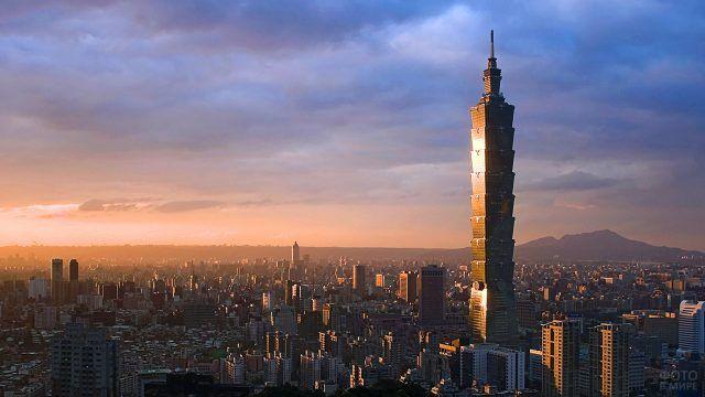 Башня Тайпей в лучах заходящего солнца