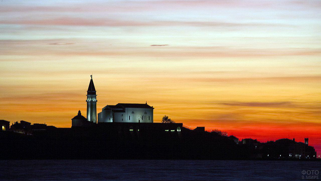 Церковь в Словении на фоне заката