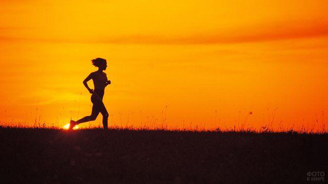 Девушка бежит на фоне заходящего солнца