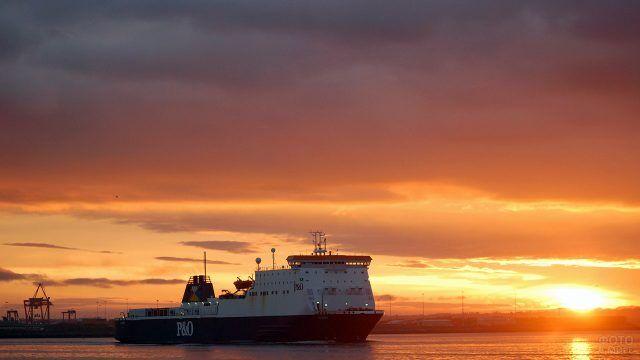 Корабль в порту Дублина во время заката