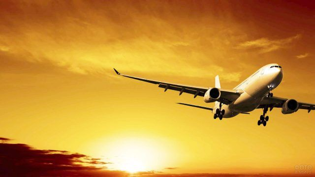 Летящий самолёт на фоне заката
