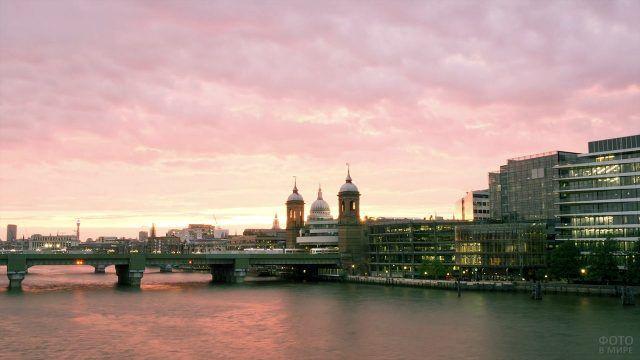 Лондон на фоне розового закатного неба