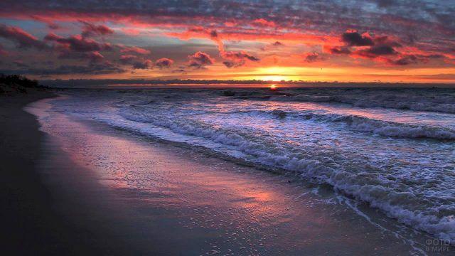 Морской прибой в лучах заката