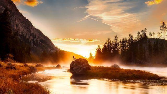 Островок посреди горной речки в лучах заката