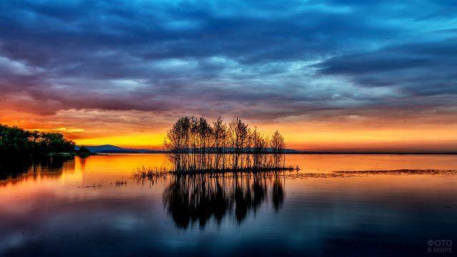 Озеро в лучах заката