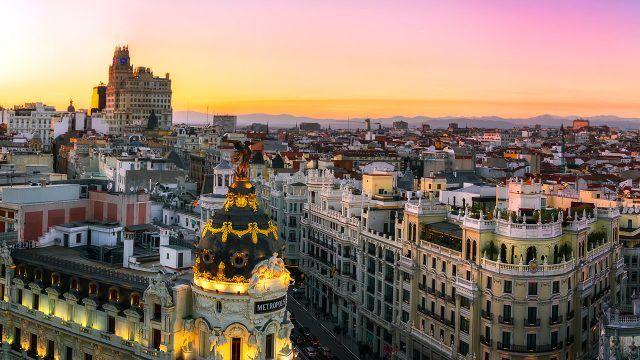 Панорама Мадрида на фоне закатного неба