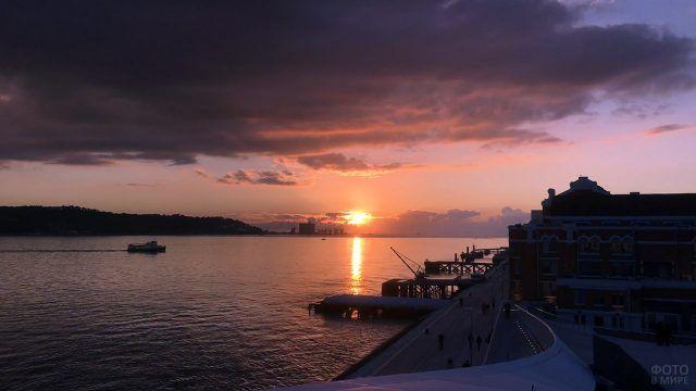 Порт в Лиссабоне на фоне заходящего солнца