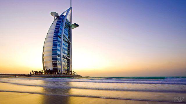 Прибрежный отель в Дубае во время заката