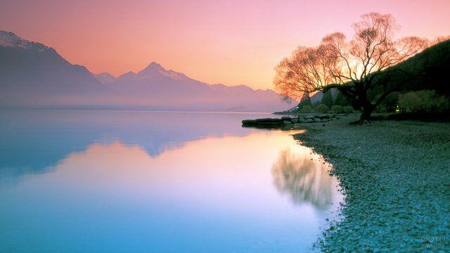 Пурпурный закат над озером Вакатипу в Новой Зеландии