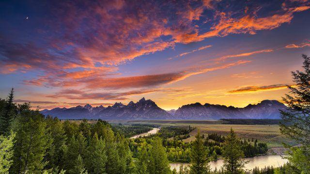 Река и горы на закате