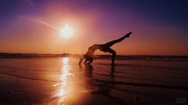 Спортсменка на фоне заката над морем