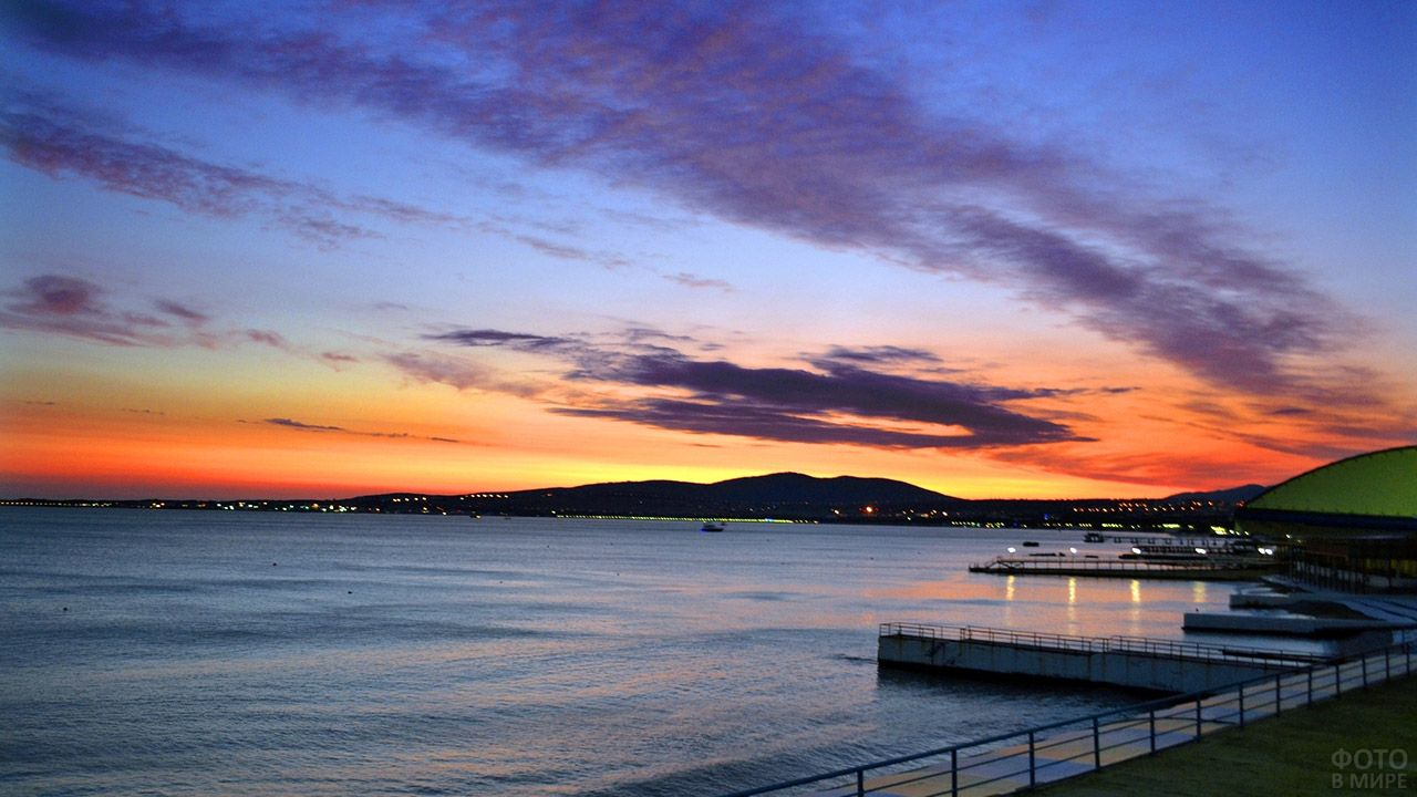 Закат над бухтой на побережье Чёрного моря
