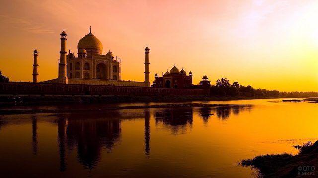 Закат над дворцом Тадж Махал в Индии