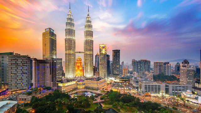 Закатное небо над столицей Малайзии