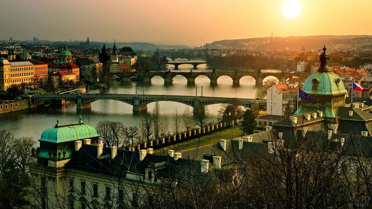 Живописный закат над центром Праги