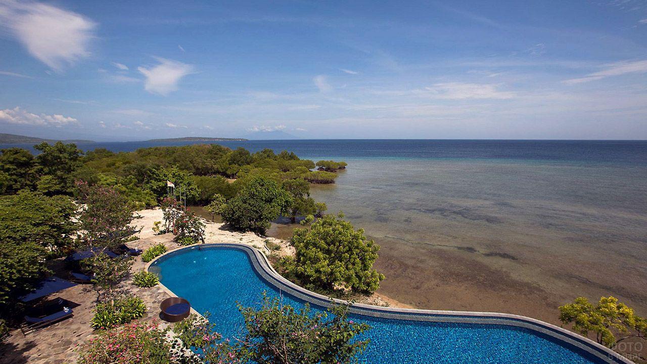 Бассейн номера люкс у пляжа на западной части Бали