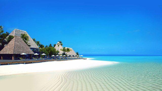 Белоснежный песок пляжа при отеле на острове Бали