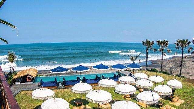 Белые и синие пляжные зонтики отеля на Бали