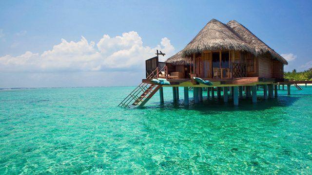 Бунгало отеля на мелководье пляжа Бали