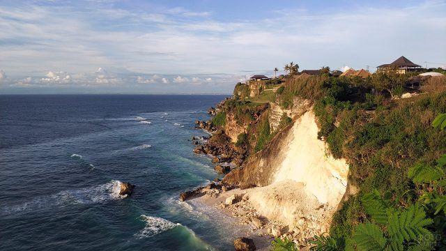 Море у высокого берега острова Бали