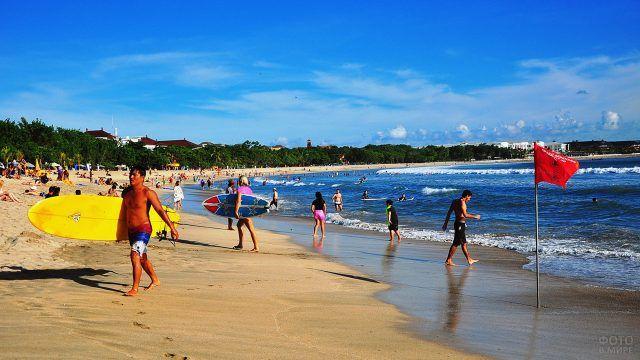 Общественный пляж на курорте Кута на острове Бали