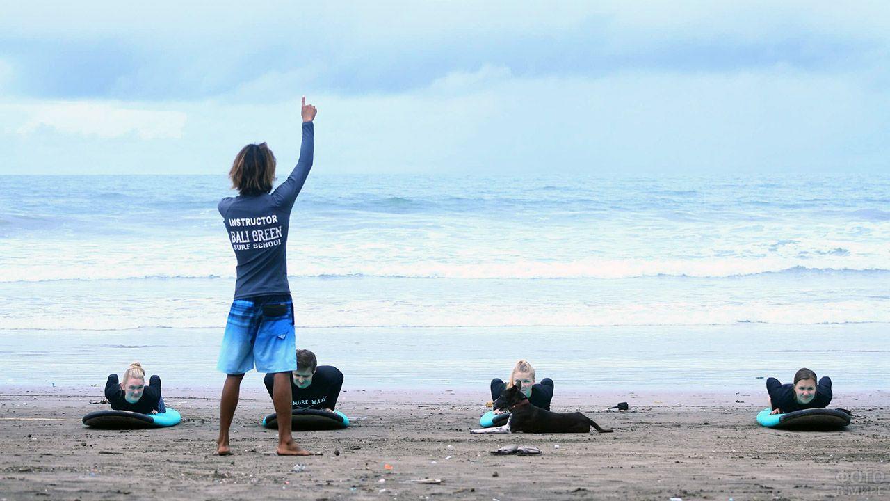 Обучение начинающих сёрферов на пляже Куты