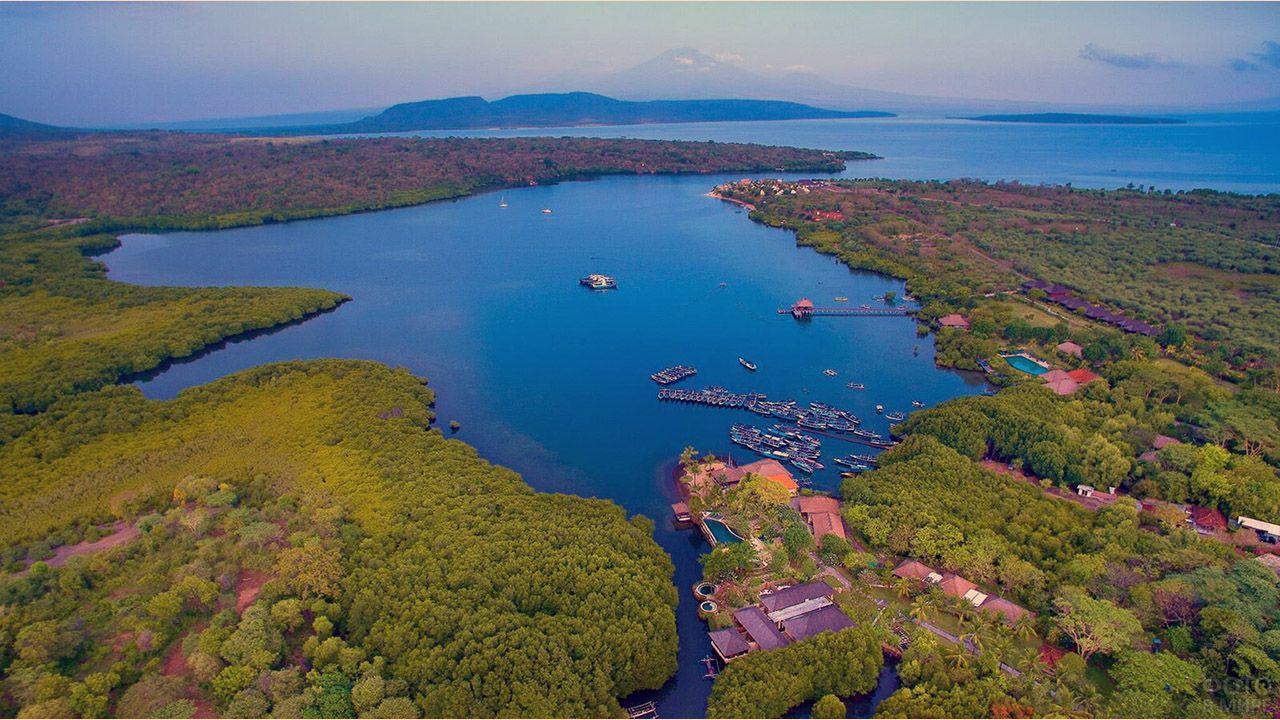 Отель в заливе острова Менджанган у Бали с высоты птичьего полёта