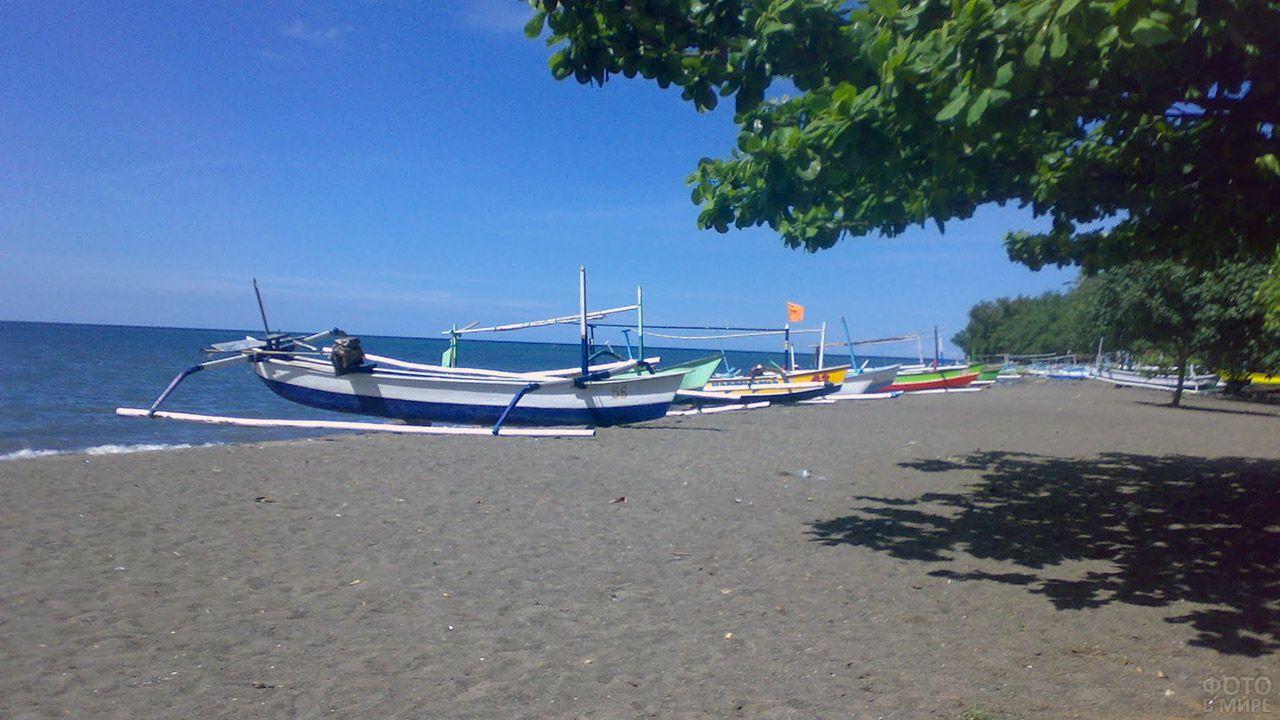 Прогулочные лодки на песке пляжа Куты на Бали