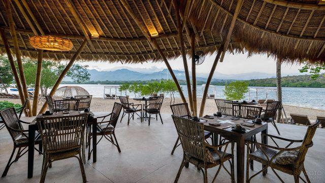 Ресторан на пляже островка Менджангана у Бали