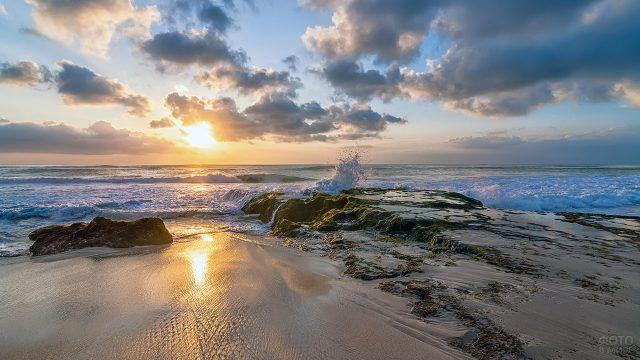 Розово-оранжевый закат над пляжем Бали