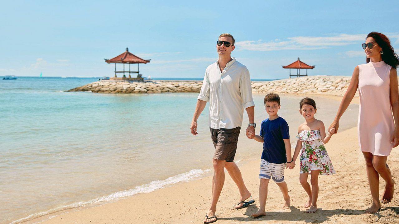 Счастливая семья туристов с детьми на пляже Бали