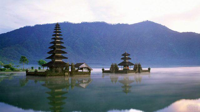 Сиреневая дымка над индуистскими храмами на Бали
