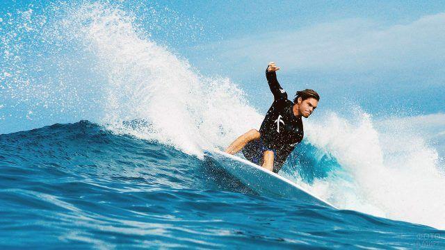 Сёрфер на волне пляжа Куты