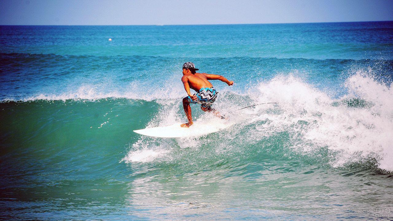 Сёрфер в прибрежных водах Куты на Бали