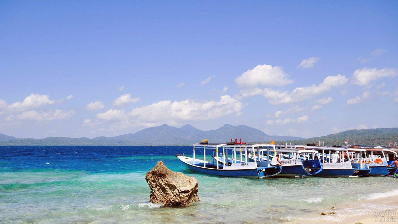 Туристические лодки в бухте Менджангана у Бали