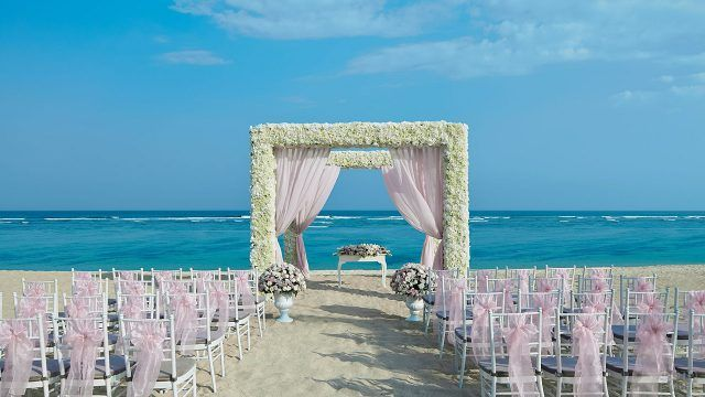 Участок пляжа, декорированный для свадьбы на Бали